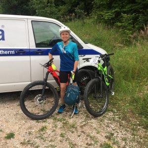 Isa con la sua mountainbike Specialized
