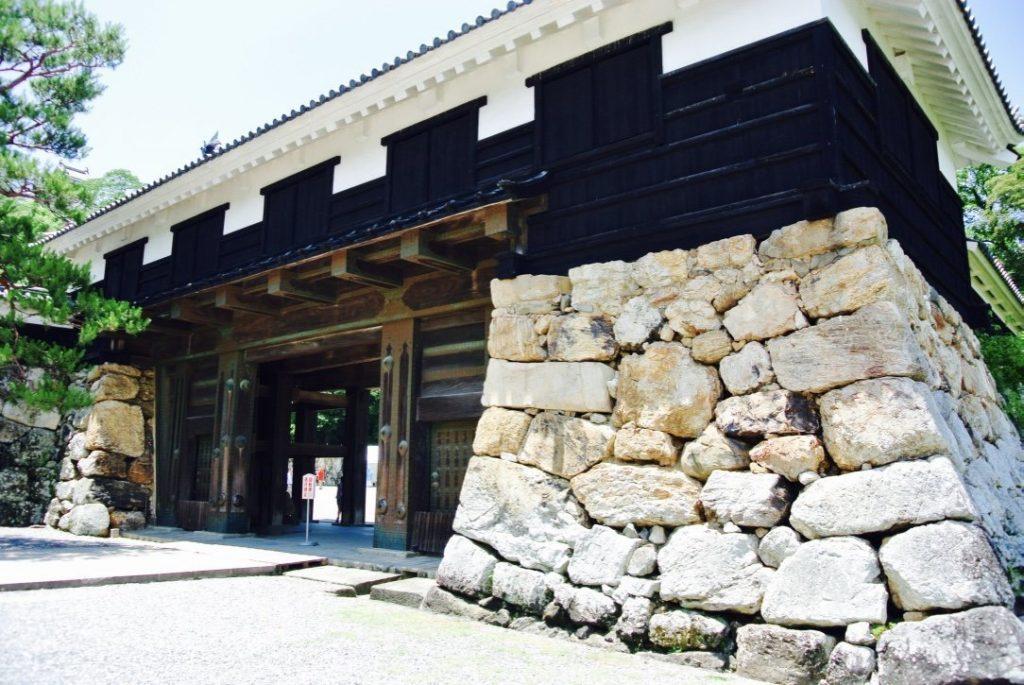 Das imposante Eingangstor der Burg Kochi, Wahrzeichen von Kochi