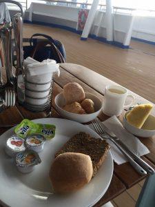 Frühstück auf Costa Victoria in Savona
