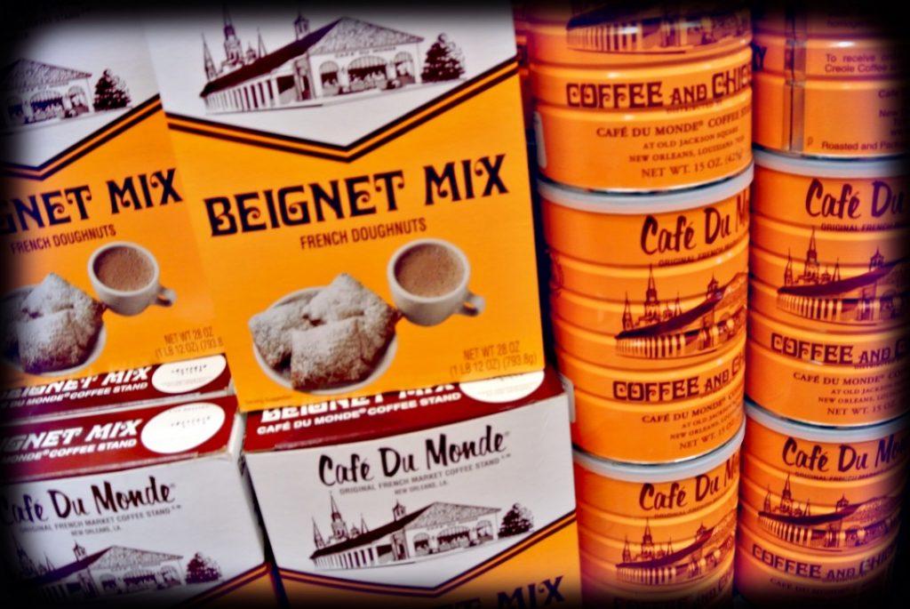 Beignets im Cafe du Monde essen gehoert zu New Orleans erkunden dazu; Backmischung und Kaffeepulver im Bild