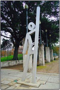 EvacySpot Skulptur vor dem Eingang des Louis Armstrong Park