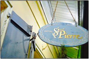 Schild über der Tür des St. Pierre Hotel