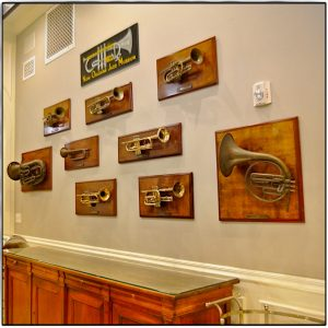 Trompeten auf einer Wand