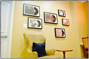 Schallplatten auf einer Wand über einem Stuhl