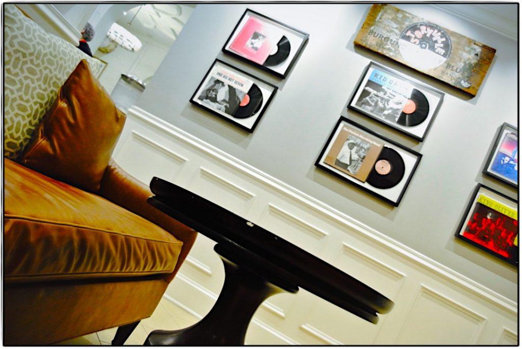 Ausstellung wertvoller Schallplatten im Hotel