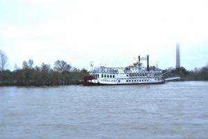 Schiff Creole Queen am Ufer des Mississippi