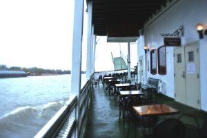 Tische auf der Natchez um ans Ufer zu sehen