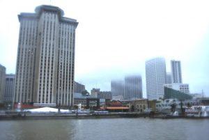 Downtown New Orleans bei Regen und mit tiefen Wolken