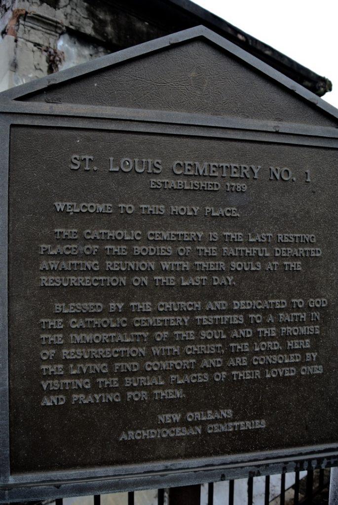 Tafel am Eingang des Friedhof St. Louis in New Orleans