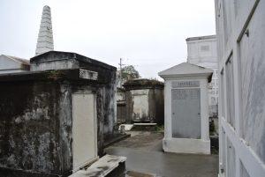 Auf dem Friedhof St. Louis in New Orleans, Gräber aus Marmor