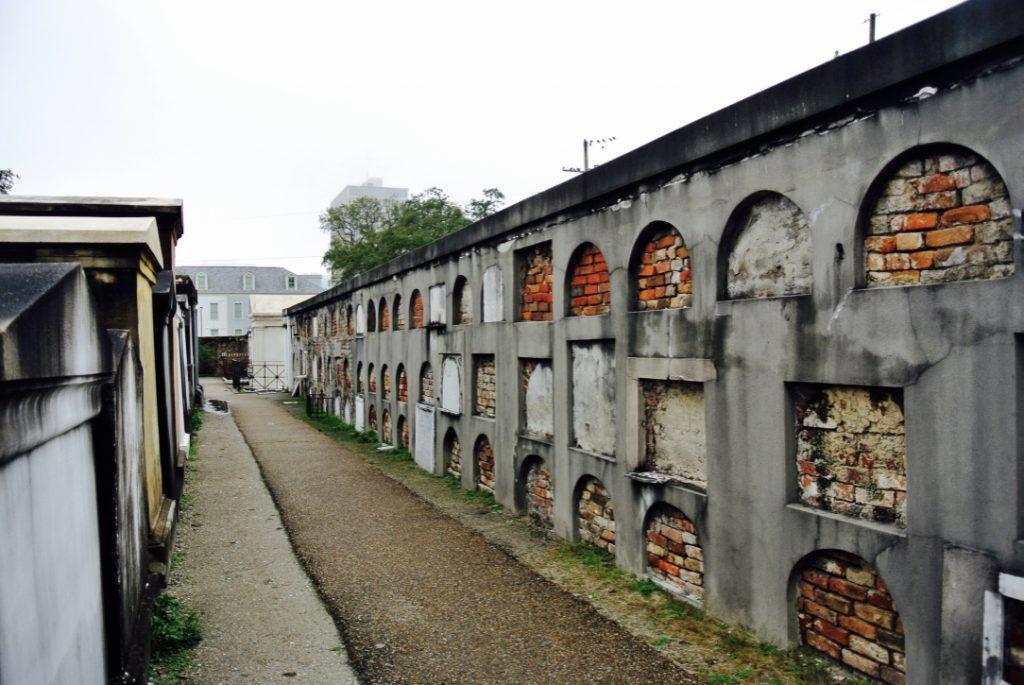 Grosse Gräberwand mit vielen Abteilen auf Zeit oder auf Dauer