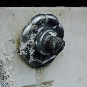 Detail eines Grabes uns Verschluss des Grabdeckels
