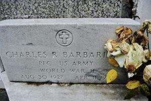 Grabstein Charles Barbarin mit vertrockneten Blumen