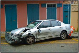 kaputtes Auto vor einem typischen Haus im French Quarter