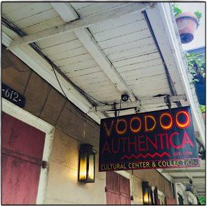 Schild über der Einganstuer des Voodoo authentica Shop