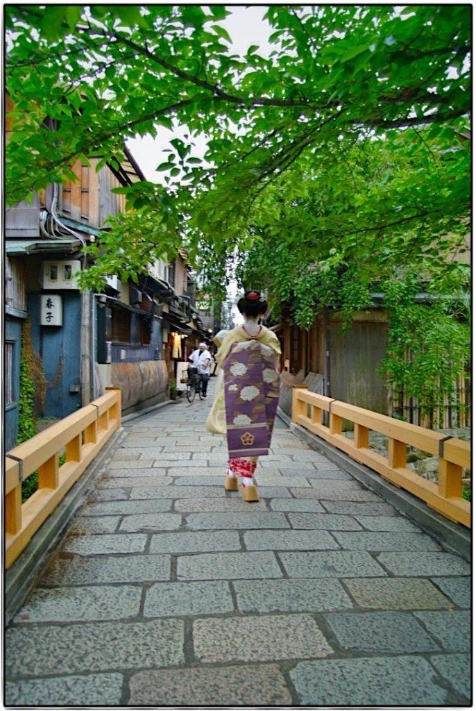 Kyoto abends, die Ruhe kehrt ein und die Maikos gehen zur Arbeit
