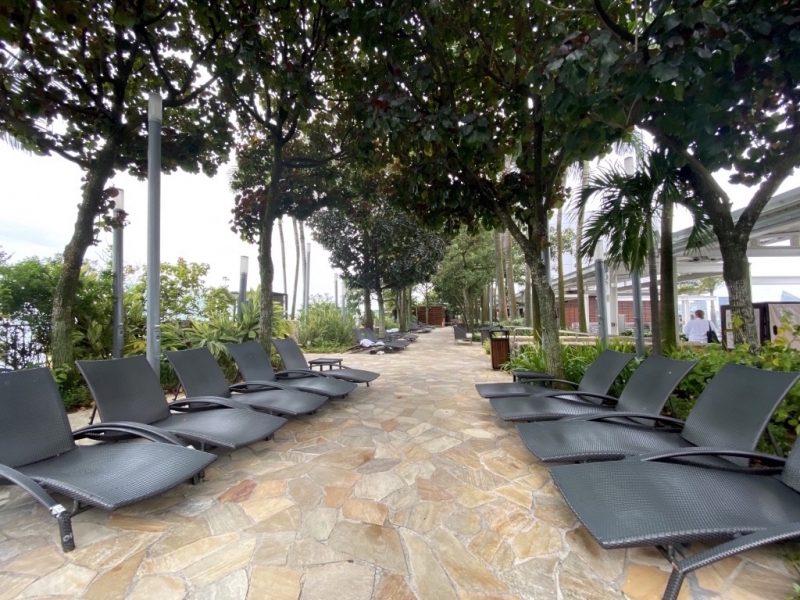 Auf der Dichterasse des Marina Bay Sands Hotel, Plätze im Schatten