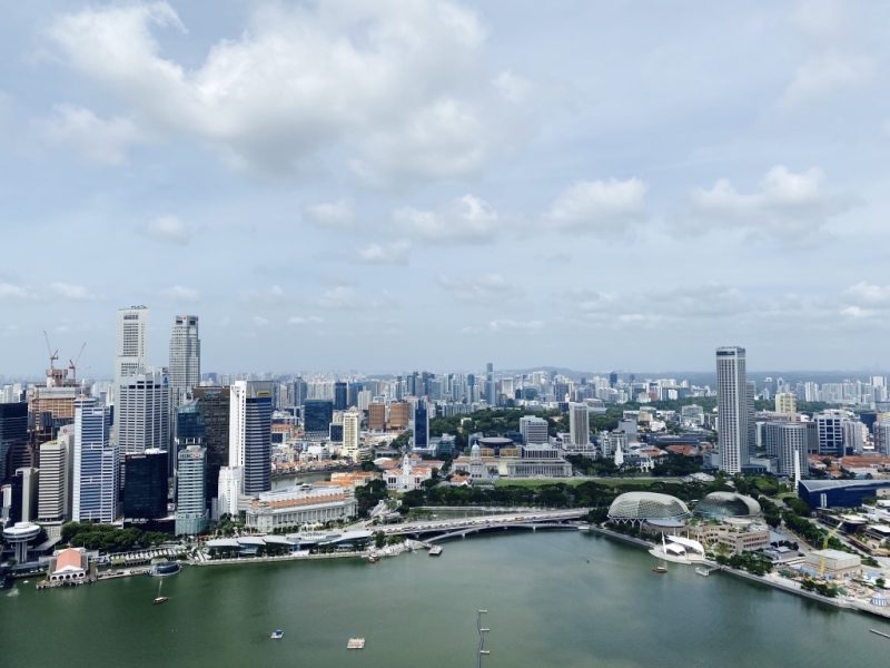 Blick vom Marina Bay Sands Hotel auf die Marina Bay