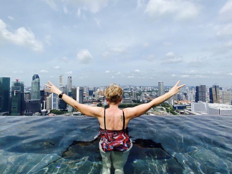 Isabella im längsten Pool der Welt auf dem Dach des Marina Bay Sands in Singapur