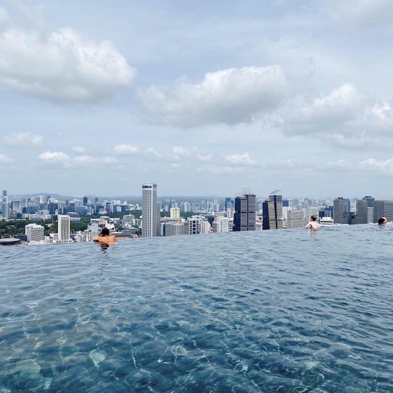 Blick aus dem Pool des Luxus Hotel Marina Bay Sands in Singapur