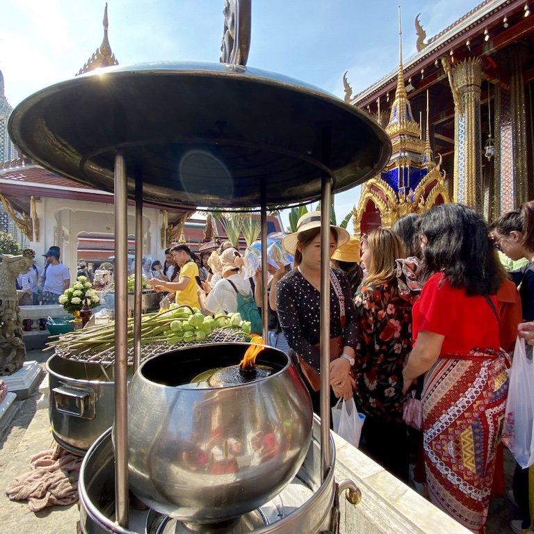Sehenswürdigkeiten von Bangkok erleben, im Grand Palace, opfern