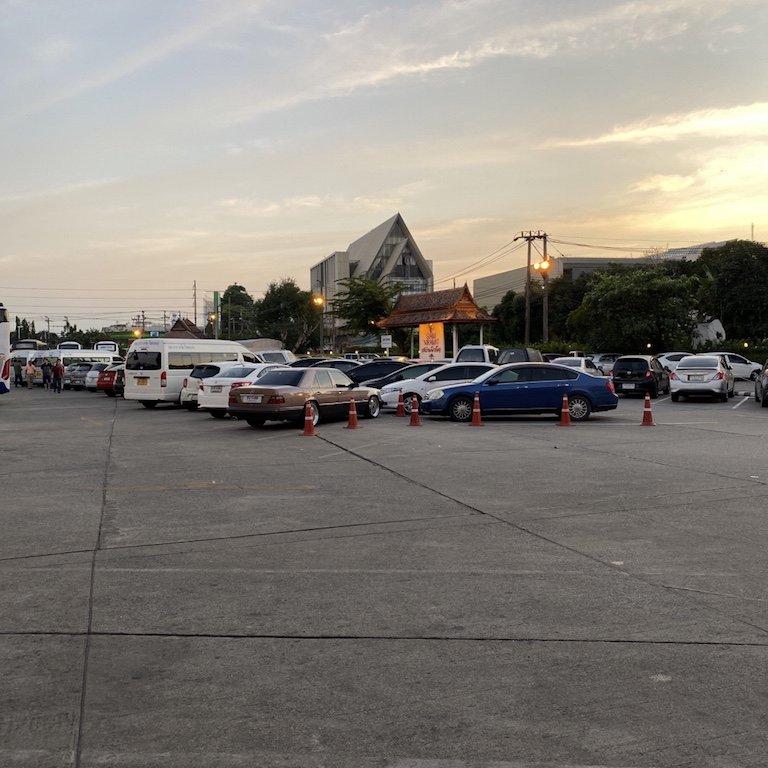 Highlights von Bangkok erleben, Niam Siramit Künstlerdorf Parkplatz