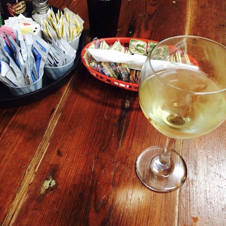 Breaux Bridge, Abendessen, Wein auf dem Tisch