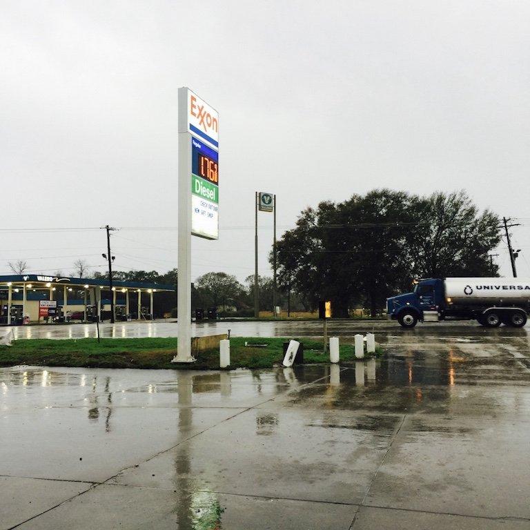 Louisiana, Breaux Bridge, Tankstelle an einem verregneten Tag