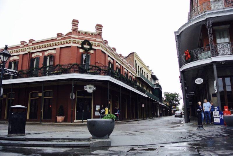 New Orleans, typische Strassenansicht im French Quarter, Häuser mit Balkonen