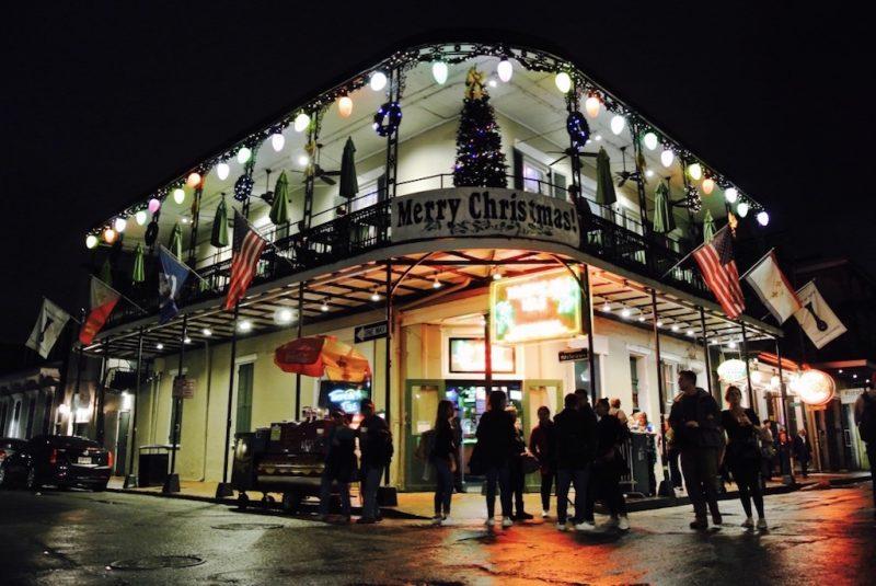 New Orleans im French Quarter bei Nacht, Strasse mit Menschen und Lichter von den Häusern