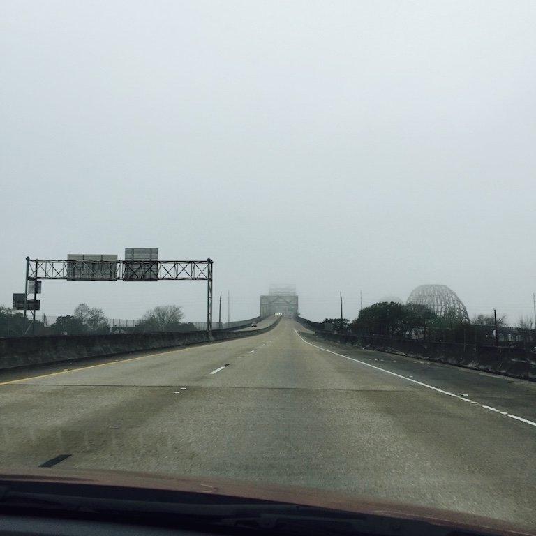 Roadtrip durch Louisiana, auf dem Highway von New Orleans nach Avery Island mit grauem Wetter