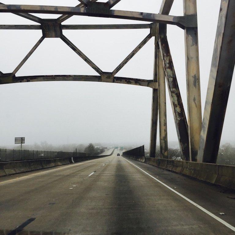 Roadtrip durch Louisiana, auf dem Highway mit grauem Wetter