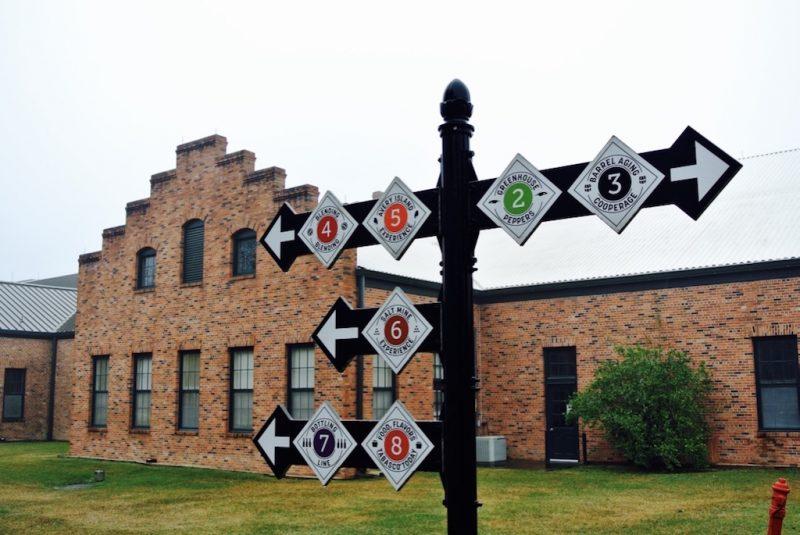 Schilder die den Weg weisen, Fabrik mit Backsteinen gemacht im Hintergrund