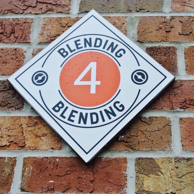 Schild mit Nummer 4 und Blendung darauf
