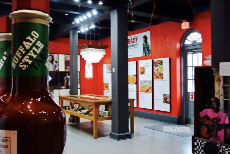 Ausstellungsraum im Museum Tabasco mit roten Wänden