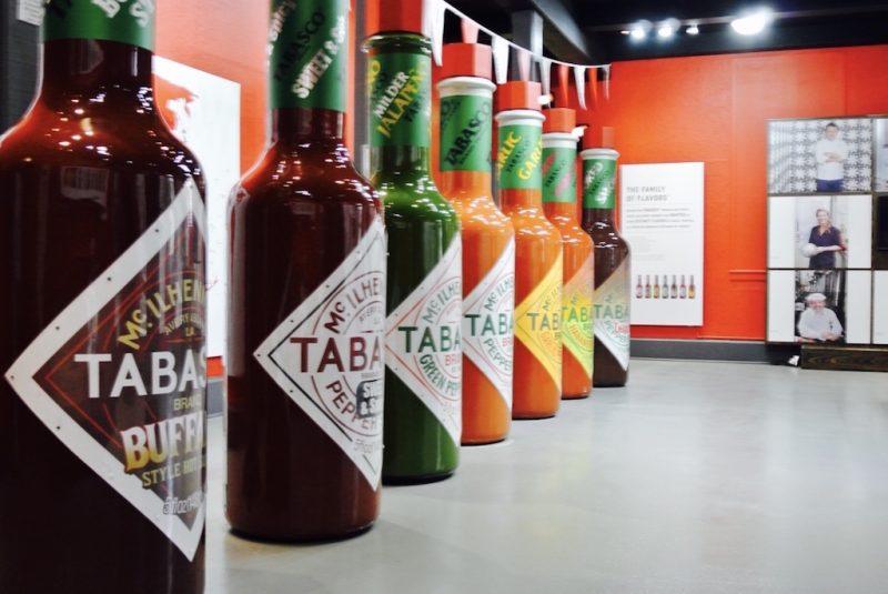 Flaschen von Tabasco nebeneinander stehen