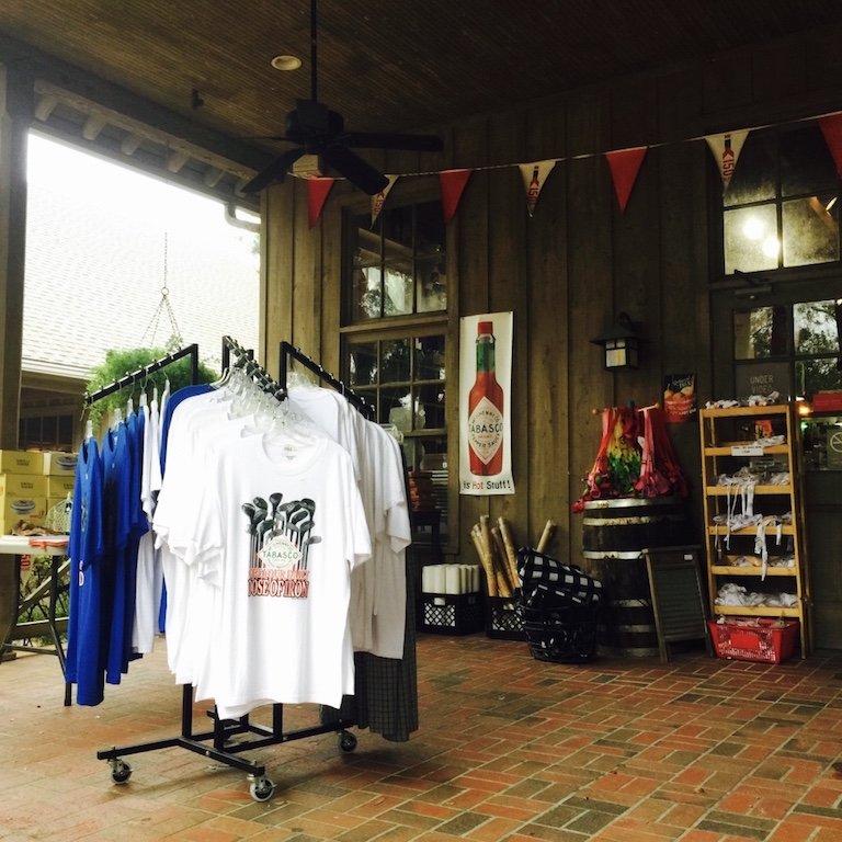 Avery Island Produkte wie Shirts vor dem Store