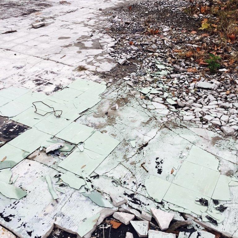 Gretna Town in Louisiana, Reste eines abgebrannten Gebaeude in der Stadt, die Kacheln am Boden