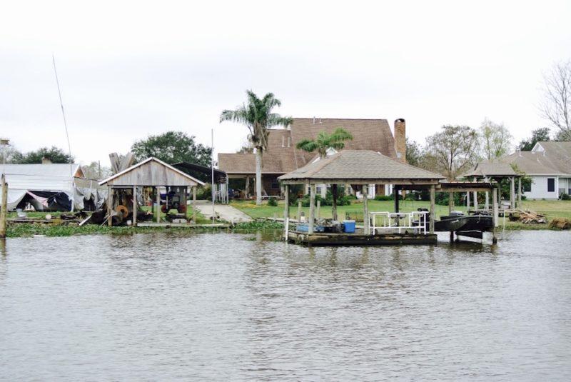 Unterwegs im Feuchtgebiet mit dem Boot und Louisiana Swap Tours, Sicht aufs Haus und Garten