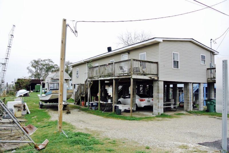 Häuser auf Stelzen bei Lafitte in Louisiana