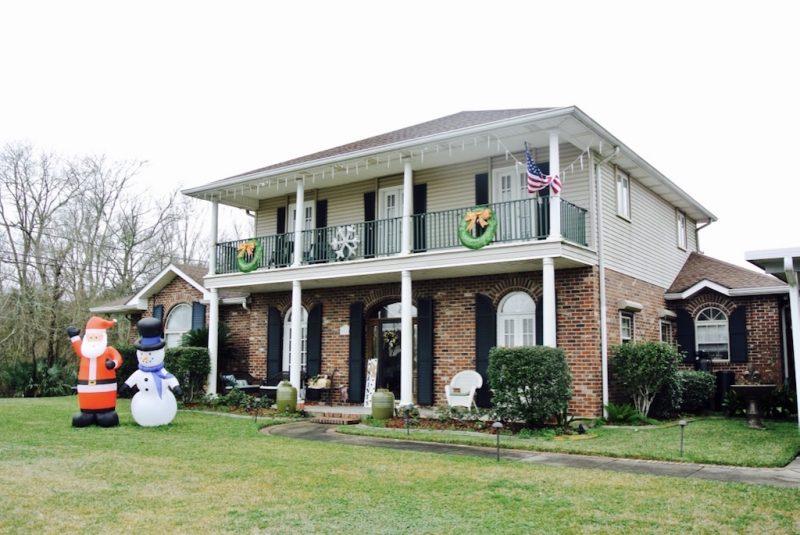 Villa mit Weihnachtsdeko bei Lafitte in Louisiana