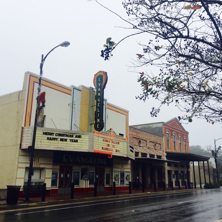 In Louisiana, Strasse mit Evangeline Theater in New Iberia zu sehen