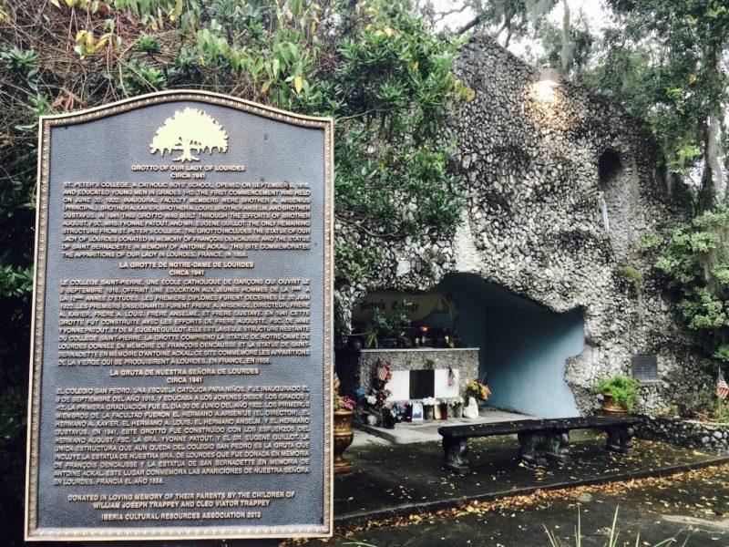 In Louisiana, Schild und Grotte im Felsen in New Iberia zu sehen