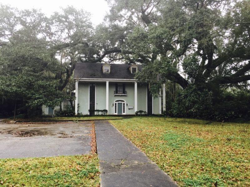 In Louisiana, Haus Fassade mit Garten in New Iberia zu sehen