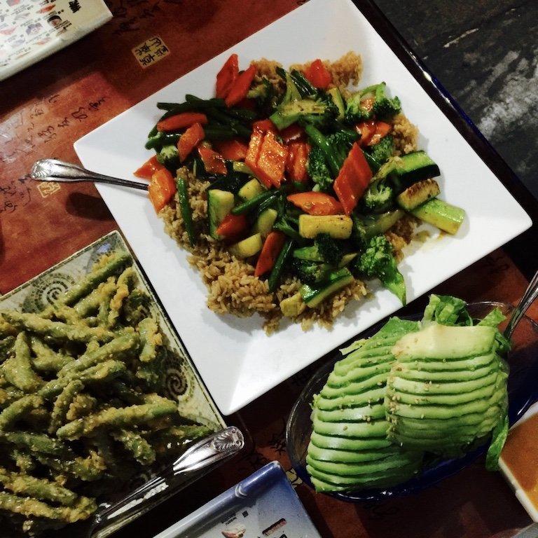 Roadtrip durch Louisiana, Essen beim Chinesen in New Iberia, Ansicht Essen vegan auf den Tellern, darunter Reis, Bohnen und Avocado