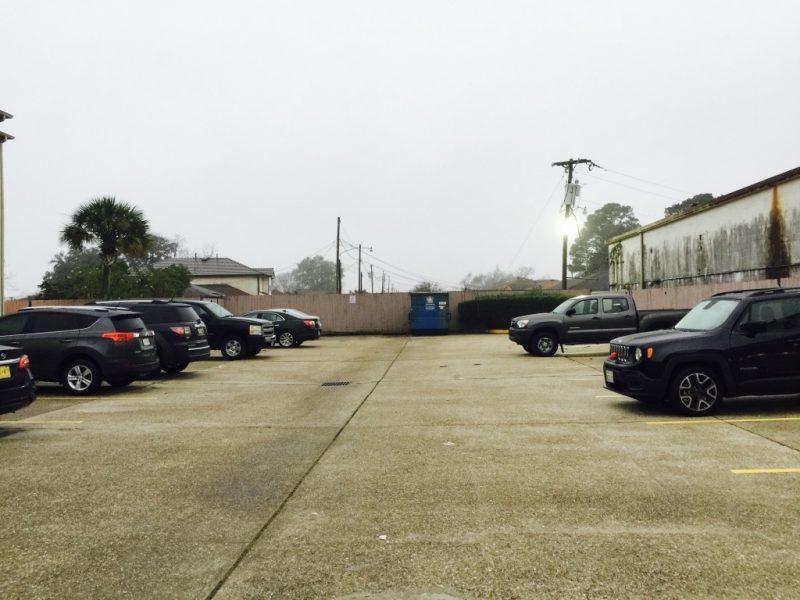 Sicht auf den Parkplatz mit Autos links und rechts