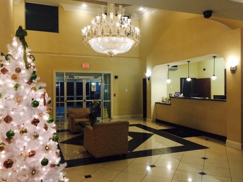 Lobby des Baymont Inns mit Kronleuchter und weissen Weihnachtsbaum links
