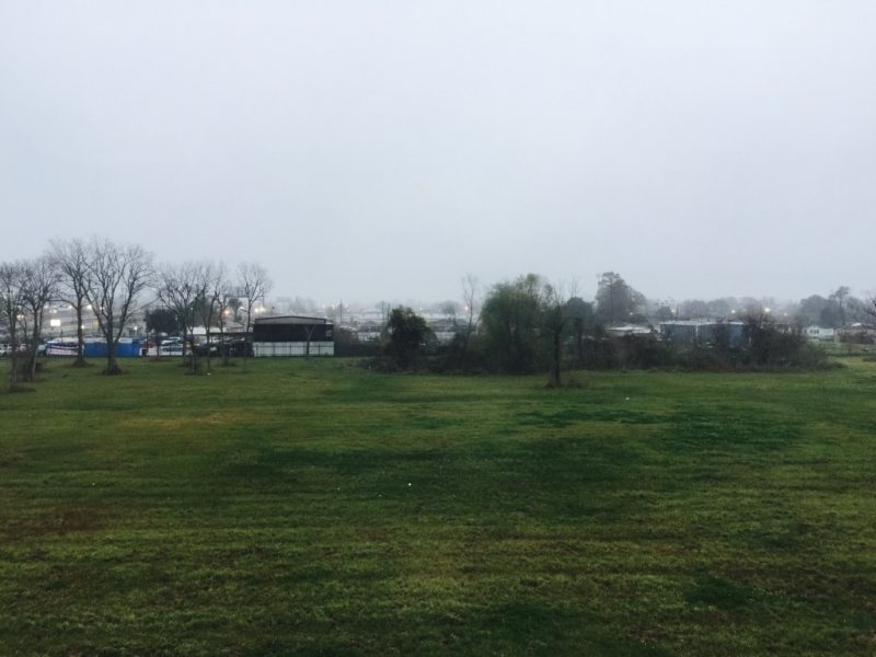 Sicht auf Feld und Nebel an einem grauen Tag in Marerro