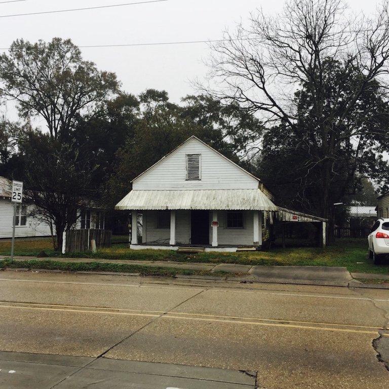 Roadtrip durch Louisiana, In St. Martinville, Sicht auf Fassade von kleinem weissen Haus an der Strasse