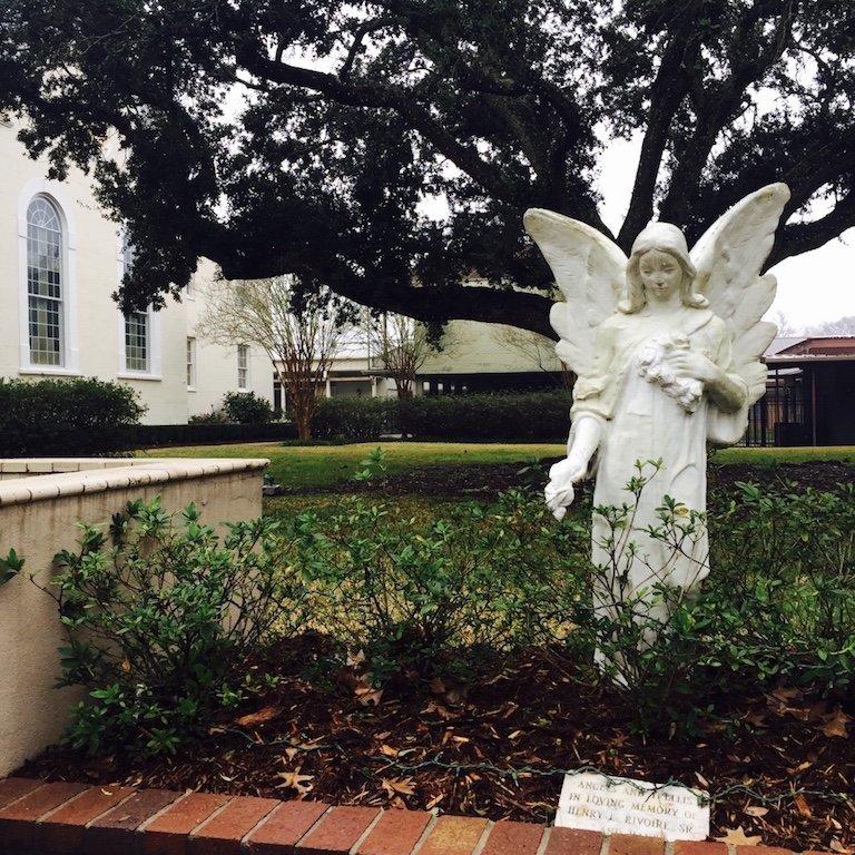 Sicht auf Engelskulptur vor der Kirche in St. Martinville in Louisiana